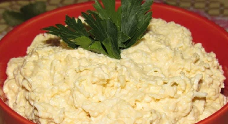 Салат с сыром и чесноком